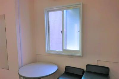 室内後方に窓がございます。 - なんばカルチャービル 6F会議室の室内の写真