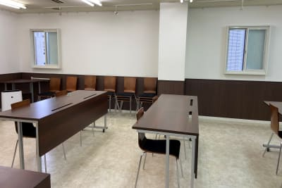 室内には窓が二ヶ所ございます。(ブラインド有) - なんばカルチャービル 5F会議室の室内の写真