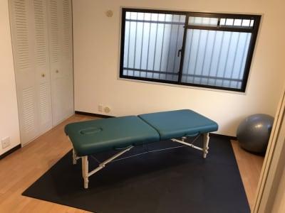 マッサージベッドを使った施術や自重トレーニングを行えるフリースペース - パーソナルジムReway 三軒茶屋レンタルスタジオの室内の写真