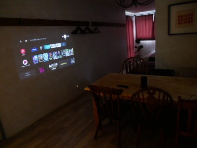 プロジェクターは壁に投影してご覧いただけます - 7Rooms Hotel キッチン完備の新築ホテル客室!の室内の写真