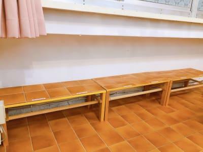 ベンチ型の荷物置き場有り。 床に荷物を置かなくて大丈夫! 現在、床はホワイトです。 - 地域No1価格!無料サービス充実 3F キッチン付きスペースの室内の写真