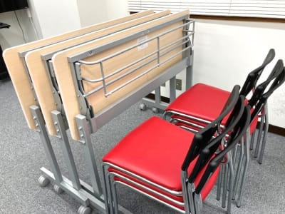 スタッキングのできるイスと折り畳める机 - シェアプレ 貸会議室 神保町 コトリノトリコの室内の写真