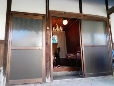 向かって左側の扉がお手洗いです。 - Toga40(とがよんじゅう) 貸し個室の入口の写真
