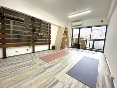 ヨガスタジオ BRE×ST ヨガ、ピラティス、サロンスペースの室内の写真