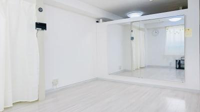 割れない安全鏡を使用しています。 - レンタルスタジオ「Bee」 多目的プライベートスタジオの室内の写真