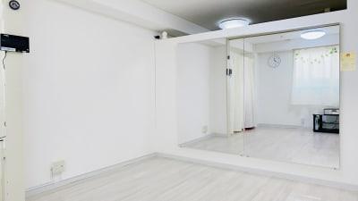 大型鏡設置。 - レンタルスタジオ「Bee」 多目的プライベートスタジオの室内の写真