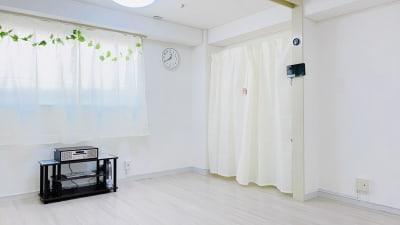 清潔な白を基調とした集中しやすい空間。 - レンタルスタジオ「Bee」 多目的プライベートスタジオの室内の写真