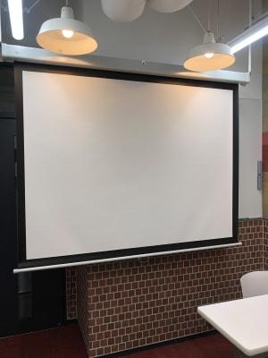 備え付けスクリーン - 恵比寿カルフール Aルームの設備の写真