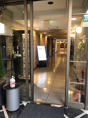 地下1階入口自動ドア 中にご案内の看板がございます - 恵比寿カルフール Aルームの入口の写真