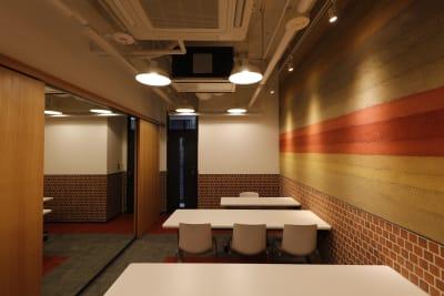 使用例①スクール形式 着席最大7名まで 壁の片側はスライド開閉式の鏡 - 恵比寿カルフール Aルームの室内の写真