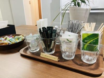 【フリードリンク】 ご自由にお飲みください - Plug-In (プラグイン) 貸し会議室の設備の写真