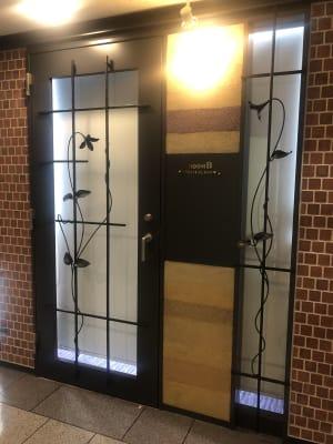 入口の扉はロールカーテンを閉められます - 恵比寿カルフール Bルームの室内の写真