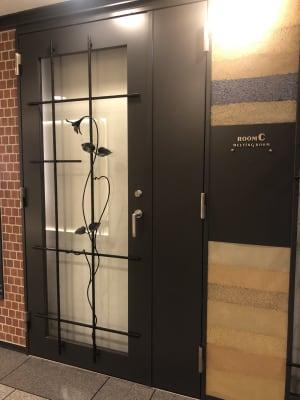 入口の扉はロールカーテンを閉められます - 恵比寿カルフール Cルームの室内の写真