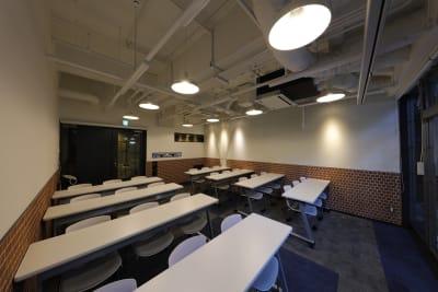 使用例①スクール形式・最大24名 - 恵比寿カルフール Cルームの室内の写真