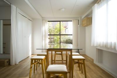 リネンカーテンでデフューズできます。 - +add スタジオ、サロン、貸切スペースの室内の写真