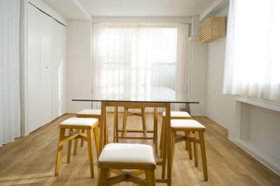 採光面が3面あり、やわらかな自然光が潤沢にございます。 - +add スタジオ、サロン、貸切スペースの室内の写真