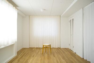 テーブル等を撤去すれば全身撮影も可能です。ヨガスタジオとしても使用可能。 - +add スタジオ、サロン、貸切スペースの室内の写真