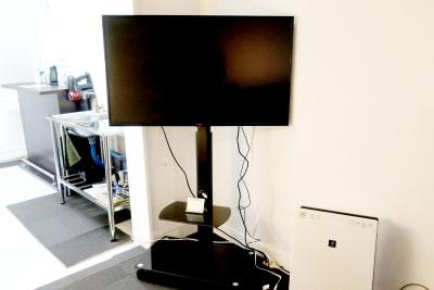 43インチのテレビがあります。Fire TVstickも完備しておりますのでyou tubeやAmazonプライムビデオなどのご視聴も可能です。 - レンタルスペース zest 1階 レンタルスペースの設備の写真