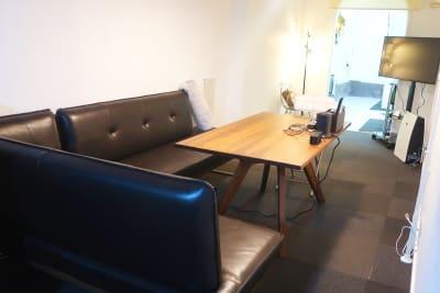 ソファーとテーブルが有りますので打ち合わせやパーティーなど多様です! - レンタルスペース zest 1階 レンタルスペースの室内の写真