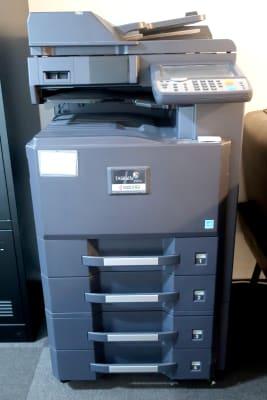 複合機もございます。 こちらは有料です。 白黒1枚5円、カラー1枚10円です。 - レンタルスペース zest 1階 レンタルスペースの設備の写真