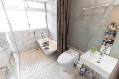スケルトンガラスのバスルーム等撮影時は、ご自分でカーテンを外していただくことも可能です。 - 池袋RFIS パーティースペースの室内の写真