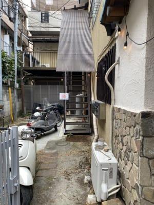 正面入り口を入って頂き、左側にありますコチラの階段を登って頂くと2階部分がレンタルサロンになります。 - レンタルサロンSLOW ルーム3の外観の写真