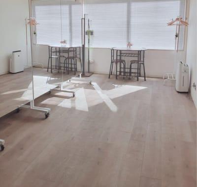 横浜レンタルサロン東Ⅾスタジオ 大型ミラーヨガマット完備スタジオの室内の写真