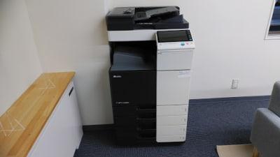 コピー機も使用できます。 - AOI BASE 会議室の設備の写真