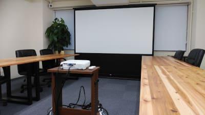 100インチ大型スクリーンとプロジェクター。D-sub/HDMI対応で、ケーブルも5mと長く、使用も楽々。 - AOI BASE 会議室の設備の写真