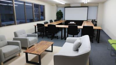 全体の様子 - AOI BASE 会議室の室内の写真