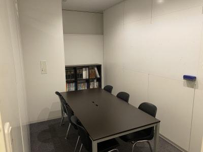 レアルコンサルティング株式会社 会議室2の室内の写真
