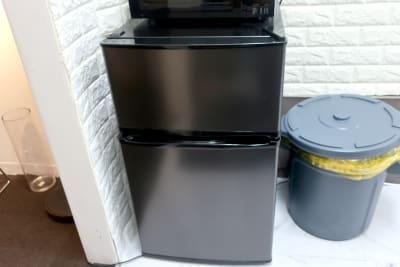 冷蔵庫、中にはミネラルウォーターが入ってますのでご自由にお飲みください。  - レンタルスペース zest 2階 会議室、サロンスペース!の設備の写真
