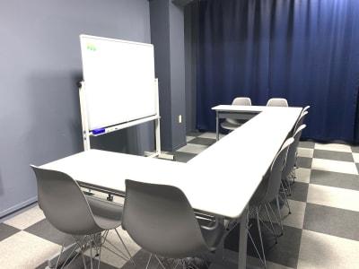 (プレゼン形式)テーブルとイスは自由にレイアウトをかえてください。 - L&Cスペース日本橋駅前 A号室の室内の写真