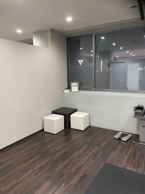 机、椅子 - ビオスさいたま新都心店 トレーニングルームの設備の写真