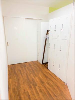 ・ロッカーはご自由にお使いください ・奥にトイレ(1つ)がございます  - studio SHEEP レンタルスタジオ(設備豊富)の設備の写真