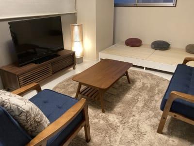 リビングです。ソファ、小上がり(畳)、ラグでおくつろぎください - 大崎・五反田駅近・築浅スペース 大崎・五反田の駅近・築浅スペースの室内の写真