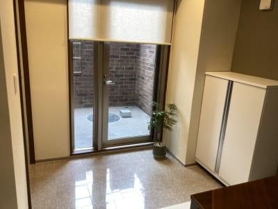 玄関・テラスです。白が基調で、開放感があります。 - 大崎・五反田駅近・築浅スペース 大崎・五反田の駅近・築浅スペースの室内の写真
