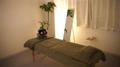 広々とした施術ルーム - salon space  エステマッサージ、整体、鍼灸院の室内の写真