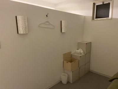 完全個室、調光や間接照明完備 - salon space  エステマッサージ、整体、鍼灸院の室内の写真