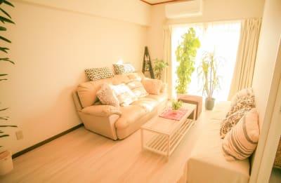 南向きのリビングにて、ゆったりしたソファーでおくつろぎください - Chikusa Premium Goen Premiumの室内の写真