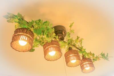 シャンデリアも南国風で緑を取り入れています - Chikusa Premium Goen Premiumの室内の写真