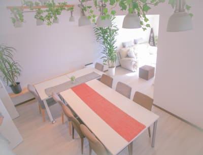 椅子が8脚と左奥にウッドチェアがあり、11人ほどが座れます - Chikusa Premium Goen Premiumの室内の写真