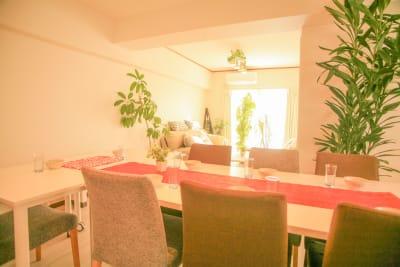 リビングルームにはたくさんの観葉植物があります - Chikusa Premium Goen Premiumの室内の写真