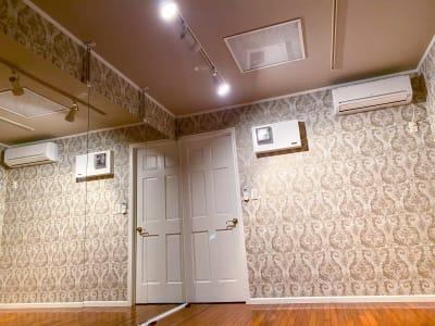 スタジオザルツの内観です。大型鏡とエアコンを完備しています。 - レンタルスタジオ スタジオザルツ スタジオザルツの室内の写真
