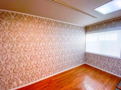 スタジオには大きな窓、カーテンがございます。必要に応じて換気をお願いします。 - レンタルスタジオ スタジオザルツ スタジオザルツの室内の写真