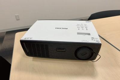 プロジェクターで壁に投影できます 型番:IPSiO PJ WX2130 - 株式会社 ライフキット セミナー・会議室の設備の写真