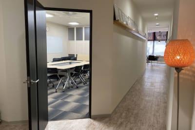 廊下を抜けると入口です - 株式会社 ライフキット セミナー・会議室の入口の写真