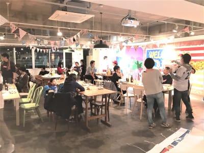 パーティー利用:広い120㎡・最大80名着席!十分な換気可能。飲食酒・ゴミ捨てOK - レンタルスペース  パズル浅草橋 カフェ・イベントスペース  の室内の写真