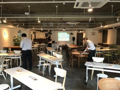 セミナー利用:プロジェクター追加利用可能 - レンタルスペース  パズル浅草橋 カフェ・イベントスペース  の室内の写真