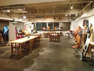 展示販売会利用:天井が高く、ゆったりとした雰囲気で展示が可能!照明は可動式。 - レンタルスペース  パズル浅草橋 カフェ・イベントスペース  の室内の写真